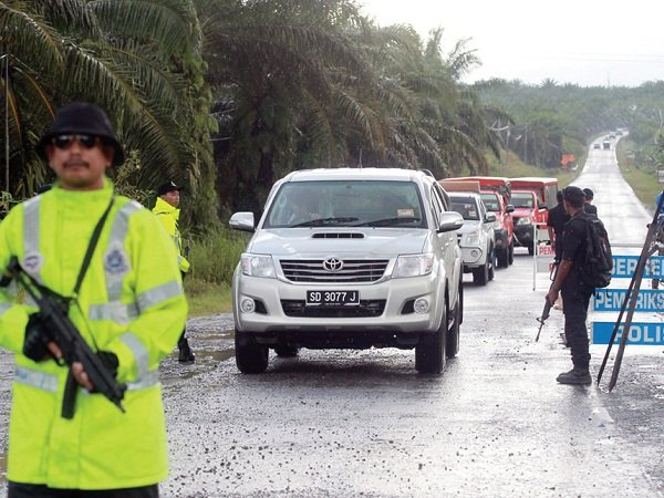 Malaysian police establish a checkpoint in Sabah.