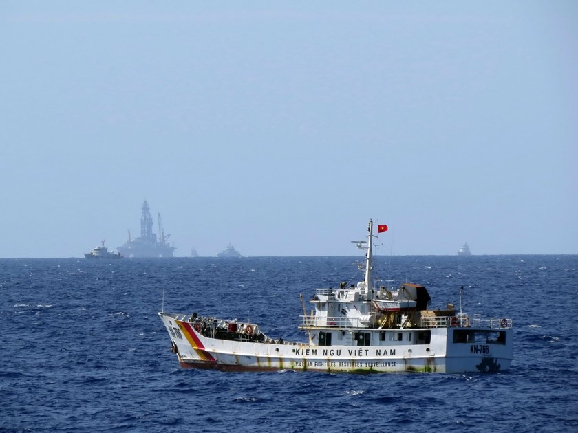 A Vietnamese fisheries surveillance ship enforcing law in the area near the Haiyang Shiyou-981 oil rig that China has deployed illegally in Vietnam's 200-nautical continental shelf since early May 2014. Photo: Doc Lap.