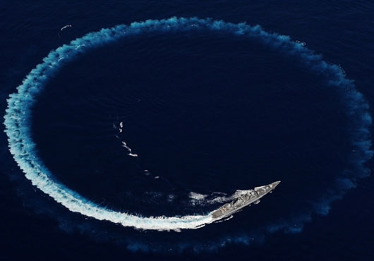 Type 42 UK DDG HMS Edinburgh turns in a circle before making a port visit to New York.