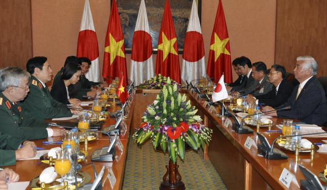 Japan's Defence Minister Gen Nakatani (R) and his Vietnamese counterpart General Phung Quang Thanh (2nd L) talk at the Ministry of Defence in Hanoi, Vietnam November 6, 2015. REUTERS/Stringer