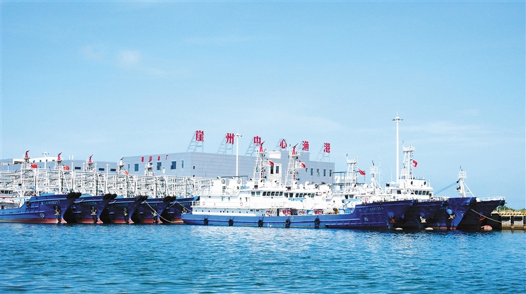 18 June 2016: Newly-built fishing vessels for Sansha City moored at Yazhou Central Fishing Harbor. Note the exterior hull reinforcements and mast-mounted water cannons. Image source: Hainan Government